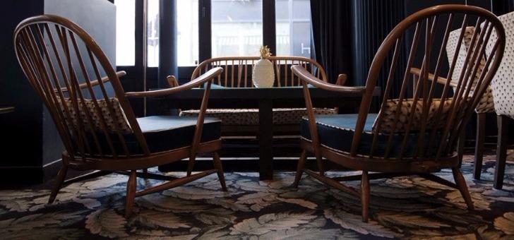 ambiance-et-decoration-cosy-au-restaurant-gazette-a-paris-situe-au-28-rue-duret-pres-de-avenue-de-grande-armee-et-de-rue-pergolese