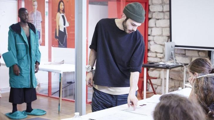etudiants-mode-presentent-collection-createur-de-fin-d-etudes-devant-un-jury-professionnel-et-lors-d-un-defile-public