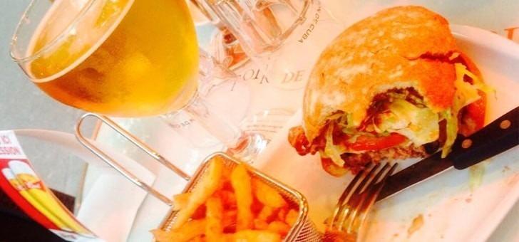 restaurant-wagy-burgers-du-pere-claude-a-paris-toujours-accompagne-de-frites-et-d-une-bonne-biere