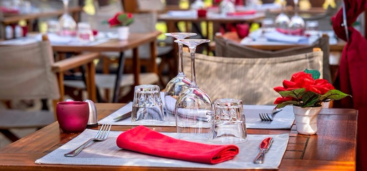 art-de-table-avec-table-assiette-fourchette-verre-bien-dresse-pour-restaurant-111-a-douvaine
