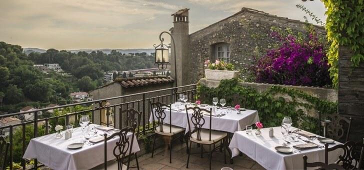 niche-village-medieval-du-haut-de-cagnes-sur-cote-d-azur-chateau-cagnard-abrite-restaurant-d-exception-met-accent-cuisine-gastronomique-et-mediterraneenne-parfaite-maitrise-produits-locaux-saison-entree-dessert