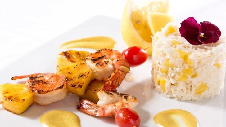 brochettes-de-crevettes-a-anans-parfumes-au-curry-restaurant-jardins-de-medina