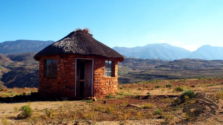 une-hutte-au-lesotho-petit-pays-enclave-dans-afrique-du-sud