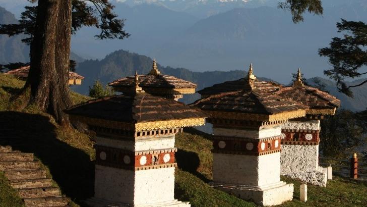 exquisite-bhutan-photo-du-panorama-sur-montagnes-depuis-une-vallee