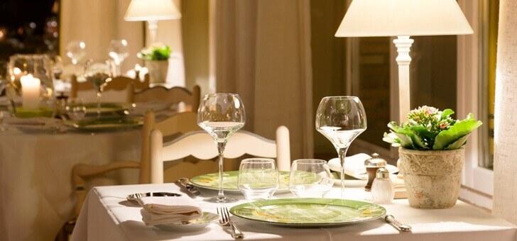 art-de-table-plaisir-de-recevoir-et-de-partager-au-restaurant-santons-a-grimaud