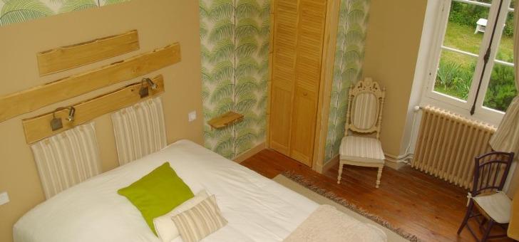 suite-flavene-avec-des-teintes-tres-nature-compose-d-une-chambre-principale-claire-pour-parents-dotee-d-un-grand-lit-et-d-une-seconde-pour-deux-autres-personnes
