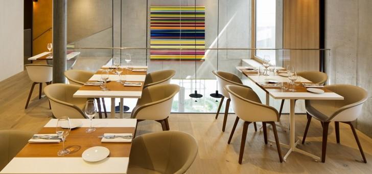 tables-du-restaurant-eligo-sont-faites-sur-mesure-avec-des-chemins-teck-massif