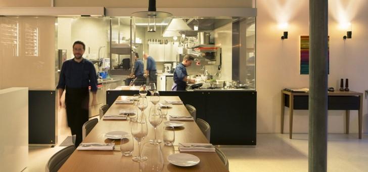 cuisine-vitree-du-restaurant-eligo-permet-d-observer-chef-a-oeuvre-et-favorise-echanges