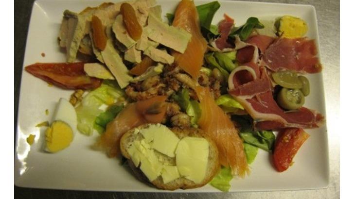 restaurant-etoile-a-montracol-des-salades-d-entree-d-accompagnement-de-plat-principal