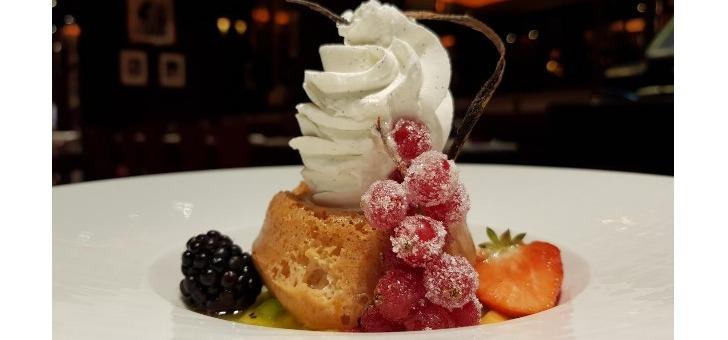 restaurant-bar-de-entracte-a-paris-08-baba-au-rhum-avec-sa-glace-vanille-un-dessert-savoureux-gate-fins-gourmets
