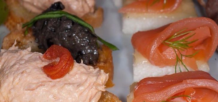 canape-saumon-pour-cocktails-ou-mise-en-bouche-au-restaurant-la-grange-aux-dimes-a-wissous