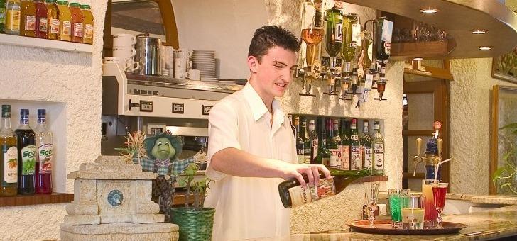le-barman-en-pleine-action
