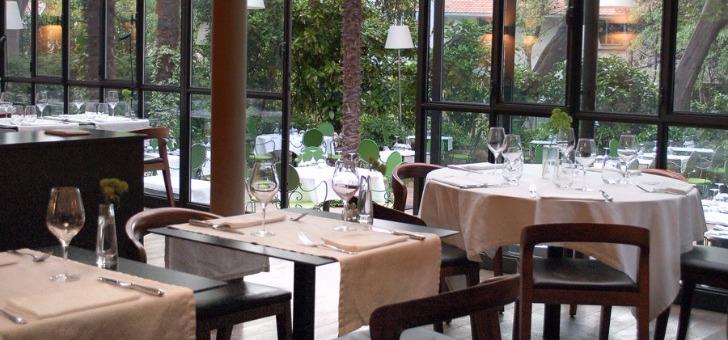 salle-a-manger-du-restaurant-petit-jardin-a-montpellier-avec-vue-sur-son-jardin-et-sa-terrasse
