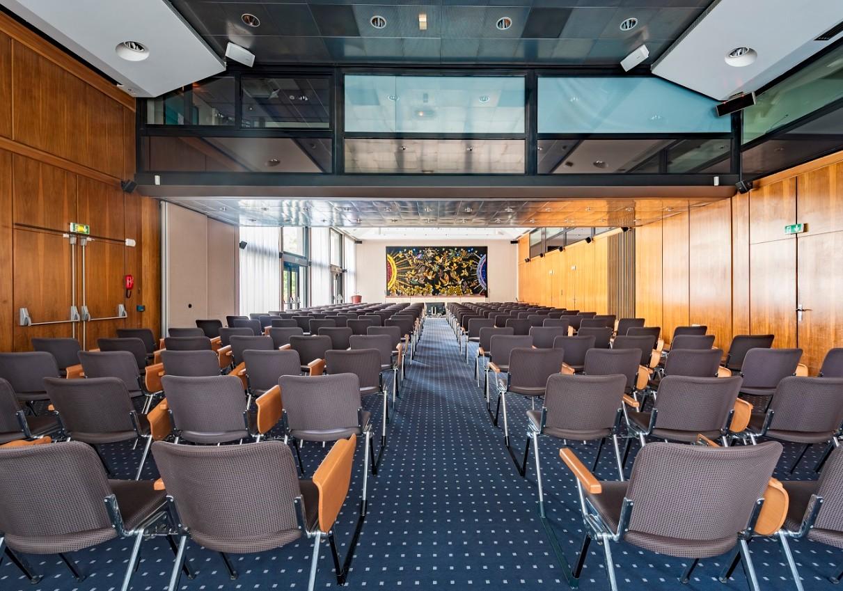 espaces-list-et-stephenson-jumeles-avec-ses-4m-de-hauteur-sous-plafond-et-son-parc-materiel-complet-sont-ideaux-pour-vos-conferences-assemblees-generales