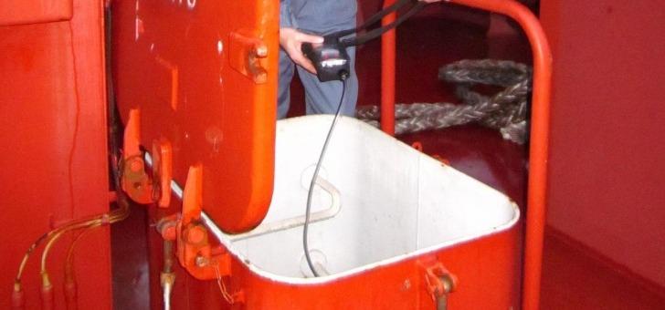 pole-navale-a-lorient-controle-des-cales-d-un-vraquier