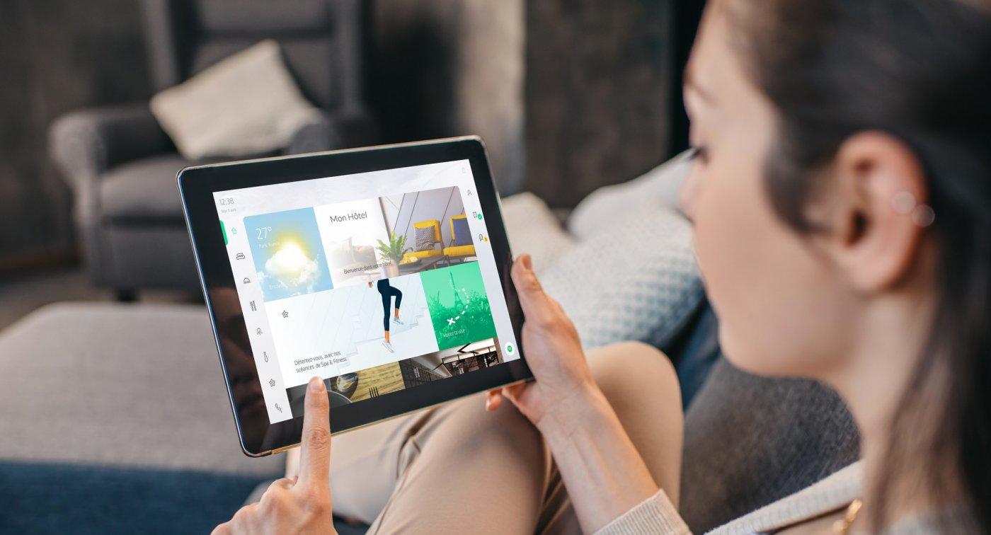 bowo-a-paris-une-tablette-design-presentant-un-catalogue-interactif-de-prestations-internes-et-externes