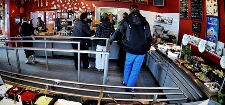 ambiance-chaleureuse-au-restaurant-cafe-soleil-a-saint-chaffrey-situe-sur-station-de-ski-de-serre-chevalier-vallee