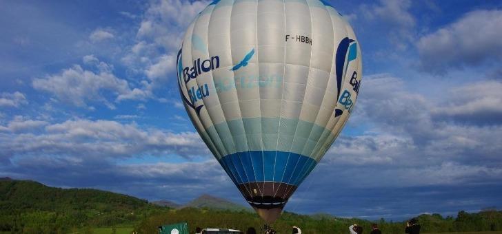 ballon-etant-maintenu-au-sol-grace-au-vehicule-de-suivit-passagers-peuvent-embarquer-tranquillement-pendant-pilote-acheve-ses-derniers-preparatifs