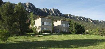 le-chateau-de-peyralade-demeure-du-xviiieme-siecle-ou-veronique-et-xavier-maury-recoivent-leur-clientele-en-table-et-en-chambre-d-hotes-en-roussillon-pour-de-sejours-oenotouristiques
